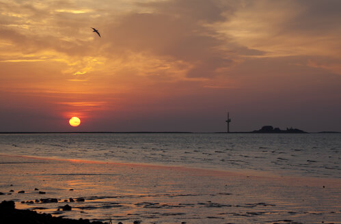 Germany, Lower Saxony, Sunset near Blexen at Weser river, Langluetjen in the background - OLEF000031