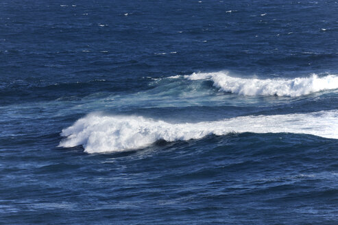 Australia, Victoria, Port Campbell, waves at the shore - MIZ000545