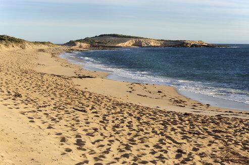 Australia, South Australia, Beachport, empty beach with footprints left - MIZ000548