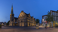 Germany, Lower Saxony, Hameln, old town with Market Church  in the evening - PVCF000082