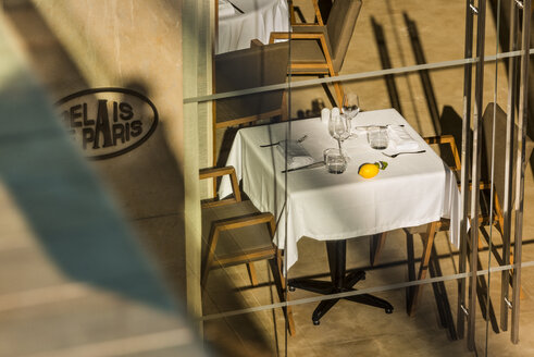 Morocco, Fes, view into a restaurant with laid table of a hotel - KM001344