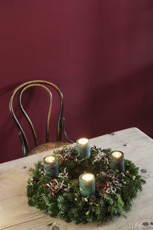 Advent wreath on wooden table - HHF004842