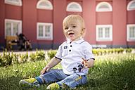 Germany, Oberhausen, Blond baby boy sitting in park of Oberhausen Castle - GDF000404