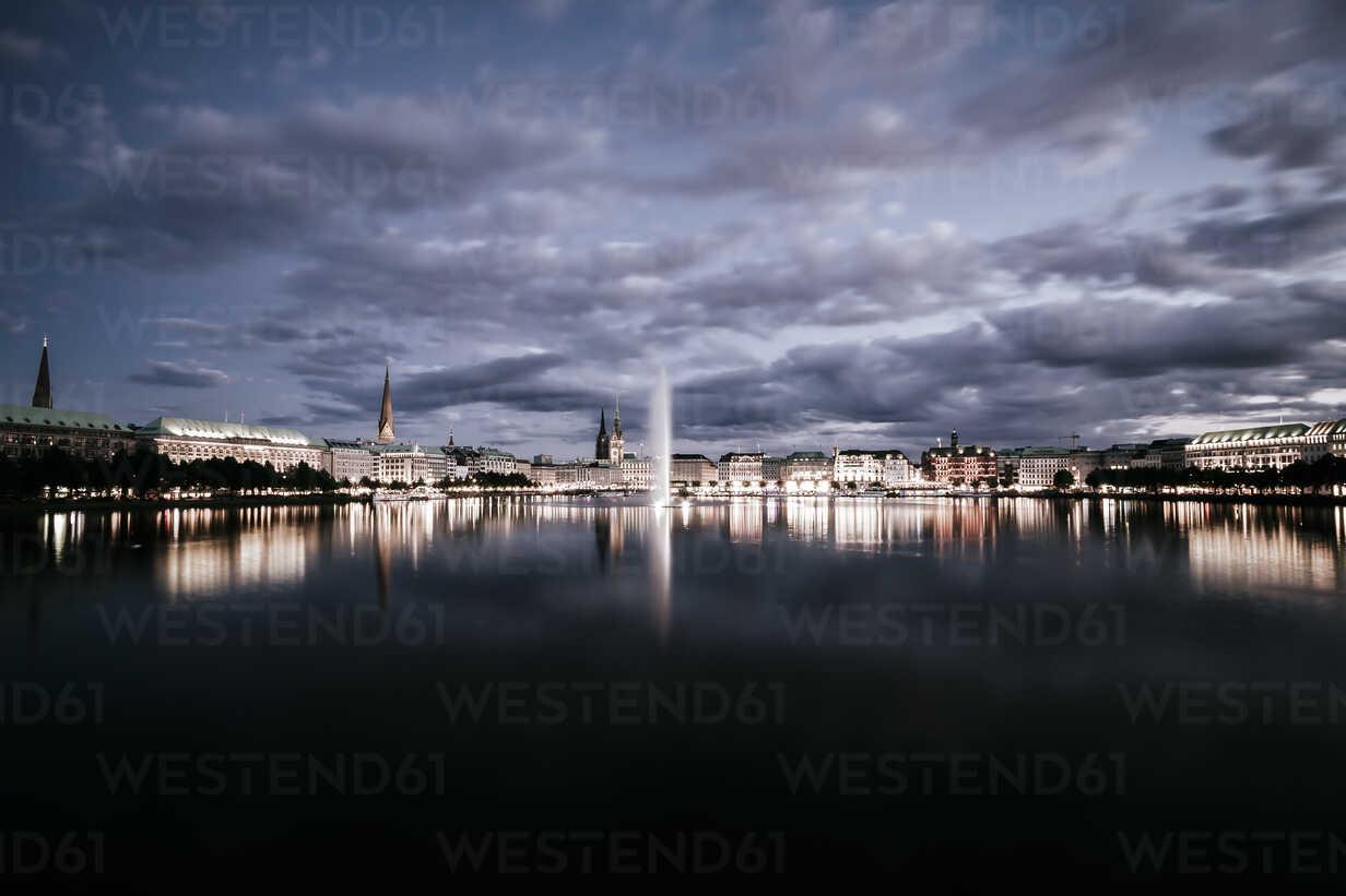 Germany, Hamburg, Inner Alster and Alster fountain at night - KRPF001010 - Kristian Peetz/Westend61