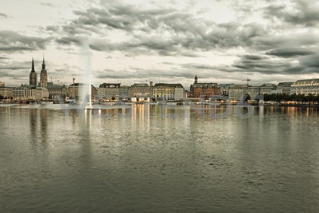 Germany, Hamburg, Inner Alster and Alster fountain in the evening - KRPF001015 - Kristian Peetz/Westend61
