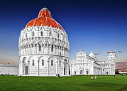 Italy, Tuscany, Pisa, View to Baptistery, Cathedral and Leaning Tower of Pisa at Piazza dei Miracoli - PUF000040