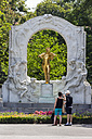 Austria, Vienna, two tourists photographing the monument of Johann Strauss at the city park - EJW000505