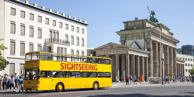 Germany, Berlin, view to Brandenburg Gate and Place of March 18 with tour bus in the foreground - WIF000967