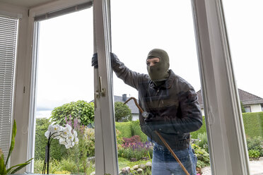 Burglar trying to get into house - EJWF000586