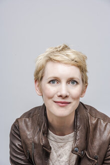 Portrait of smiling woman with blond short hair - TCF004090