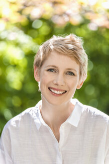 Portrait of smiling woman with short blond hair - TCF004288