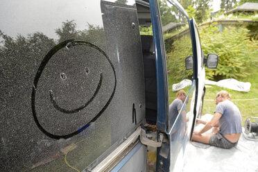 Germany, Zeuthen, Man mending car paint - BFRF000504