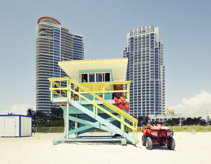 USA, Florida, Miami Beach, lifeguard hut ans skyscrapers - BR000649