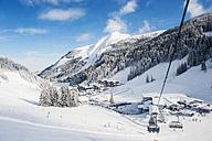 Austria, Salzburg State, Altenmarkt-Zauchensee, chair lift in alpine landscape - HHF004913