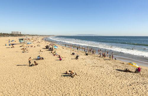 USA, California, Santa Monica, view to holiday makers on the beach - JLRF000009