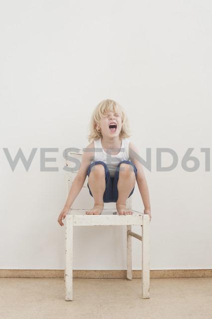 Portrait of screaming little boy crounching on a chair - MJF001331 - Jana Mänz/Westend61
