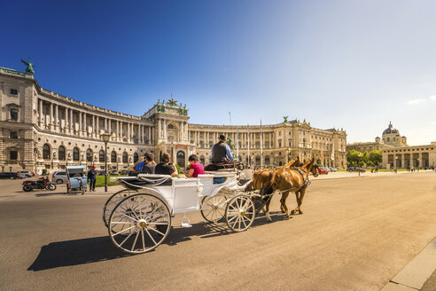 Austria, Vienna, National Library, Horse-drawn carriage and tourists - PU000048