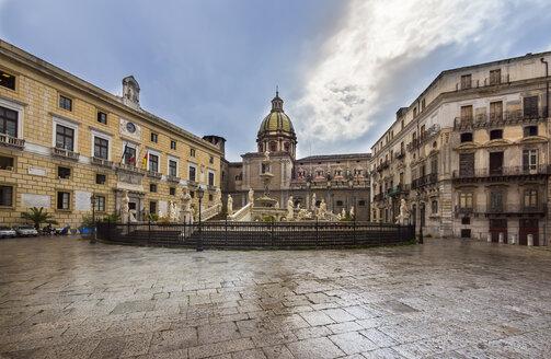 Italy, Sicily, Province of Palermo, Palermo, Piazza Pretoria, Fountain Fontana della Vergogna and Church San Giuseppe dei Teatini in the background - AMF002816