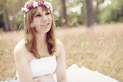 Portrait of bride wearing white wedding dress and flowers - AFF000075