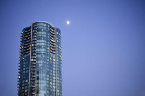 USA, California, San Francisco, one of the Infinity Towers in moonlight - BRF000701