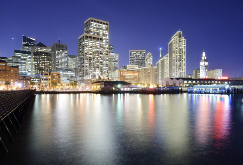 USA, California, San Francisco, skyline with Ferry Building at night - BRF000704