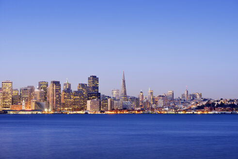 USA, California, San Francisco, skyline of financial district with Transamerica Pyramid in the blue hour - BR000781
