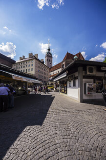 Germany, Bavaria, Munich, Viktualienmarkt and St. Peter's Church in the background - THA000600