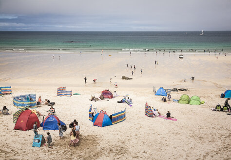 Großbritannien, England,Cornwall, North Cornwall, St Ives, Beach, tourists and beach shelters - DIS001013