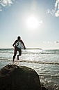 France, Brittany, Camaret-sur-Mer, teenage boy with surfboard at the ocean - UUF001666