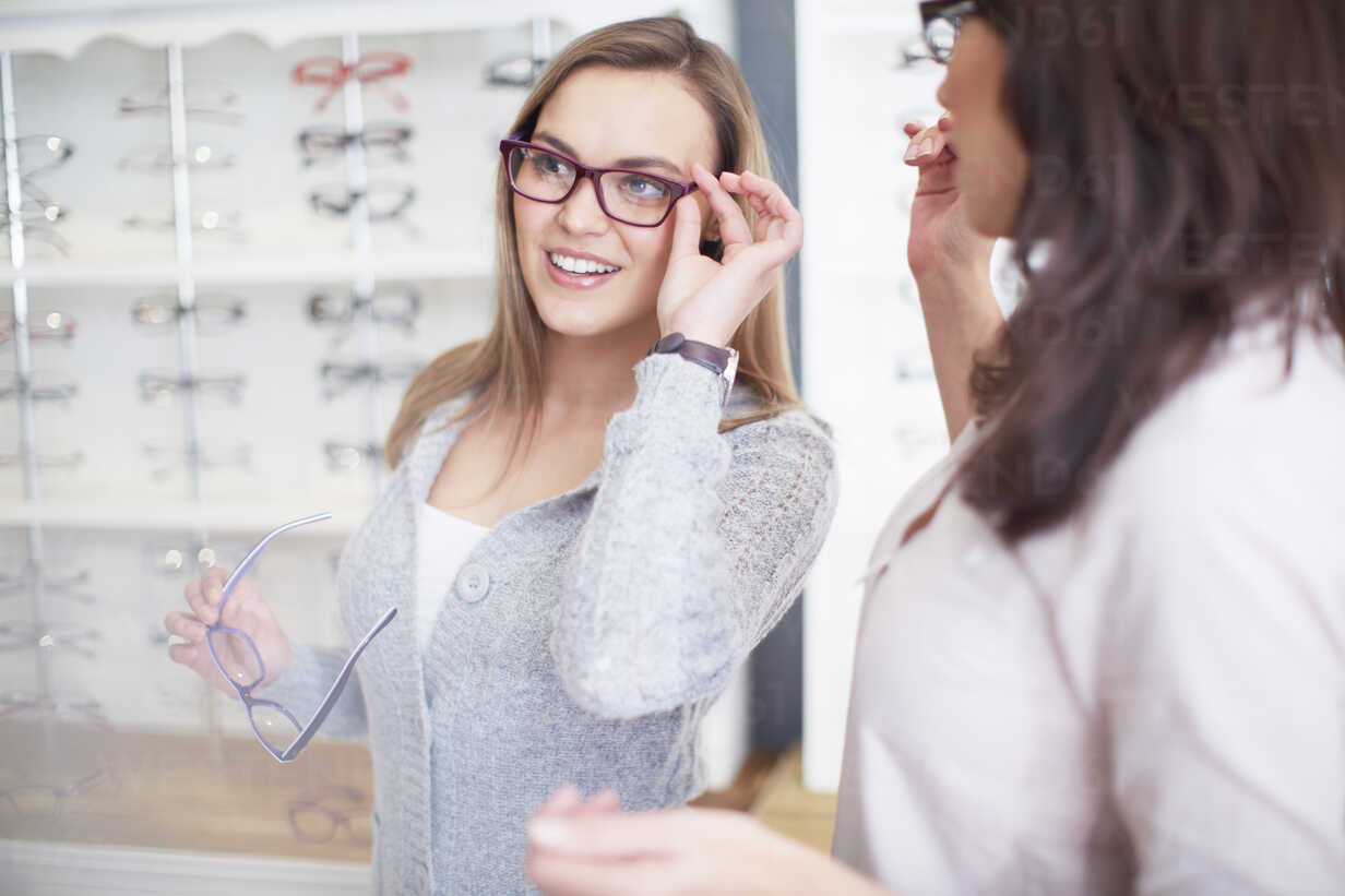 Woman at the optician trying on glasses - ZEF000639 - zerocreatives/Westend61