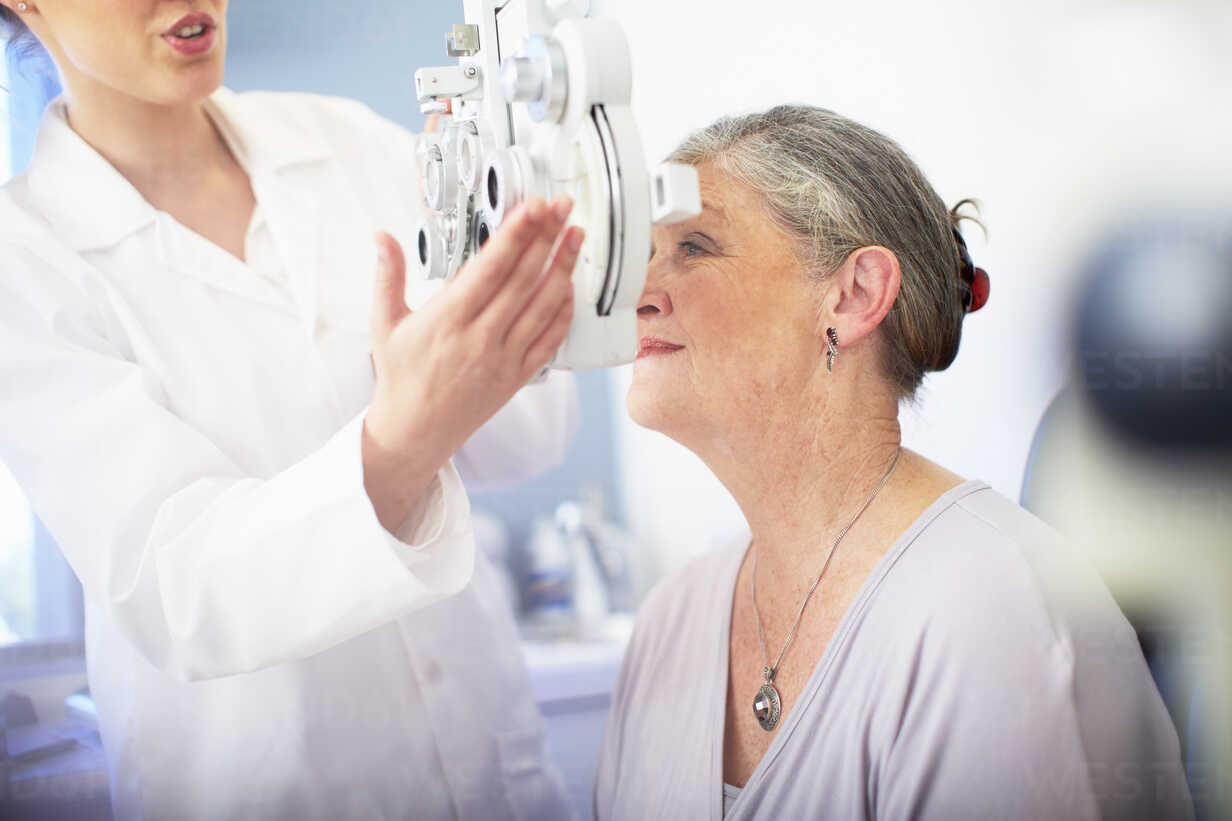 Eye doctor examining senior woman's vision - ZEF000704 - zerocreatives/Westend61