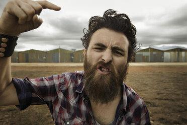 Angry man with full beard shouting at camera - KOF000017