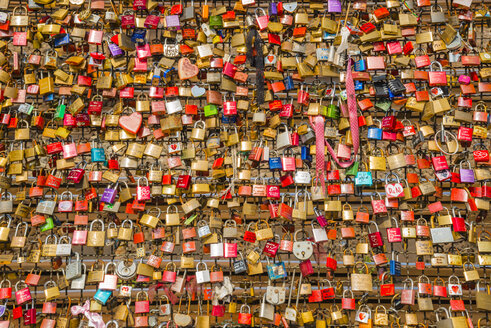 Germany, Cologne, Love locks on the Hohenzollern Bridge in the background Main Station - WG000443