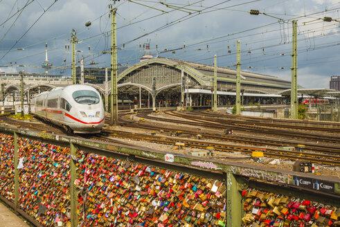 Germany, Cologne, Love locks on Hohenz - WG000444