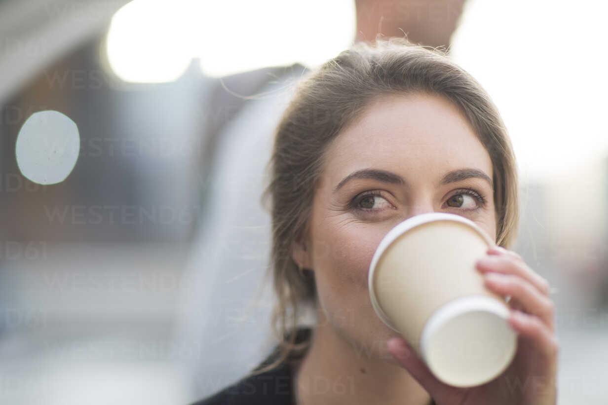 Portrait of businesswoman drinking coffee to go - ZEF000254 - zerocreatives/Westend61