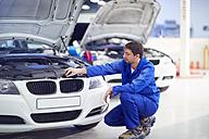 Car mechanic at work in repair garage - ZEF000528