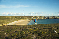 France, Bretagne, Camaret sur Mer, Mature man hiking at Atlanic coast - UUF001759