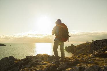 France, Bretagne, Camaret sur Mer, Mature man hiking at Atlanic coast - UUF001762