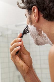 Man shaving in the morning - JUNF000038