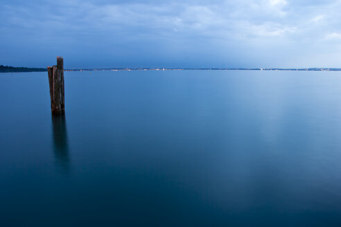 Italy, Veneto, Lake Garda in the evening, Lazise in the background - YFF000233