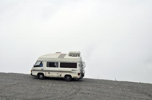 Switzerland, Canton of Bern, Bernese Alps, Grimsel Pass, old caravan in the fog - SCH000404
