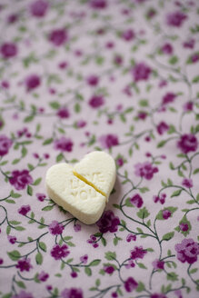 Broken sugar heart with the words 'Love you' on floral pattern cloth - MYF000561