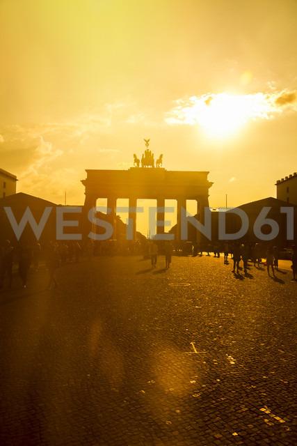Germany, Berlin, Berlin-Mitte, Brandenburg Gate, Pariser Platz and tourists against the sun - KRPF001149