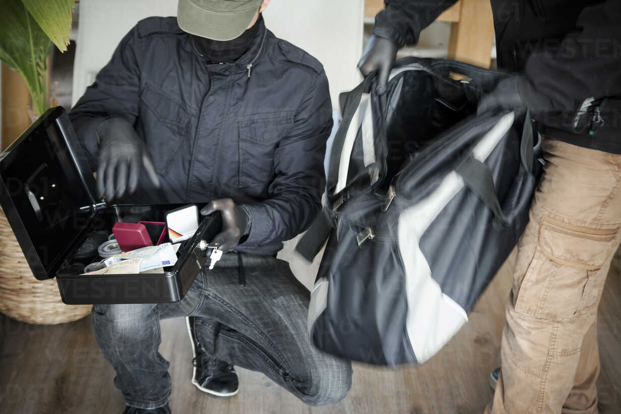 Two burglars at work in an one-family house, partial view - ONF000612 - noonland/Westend61