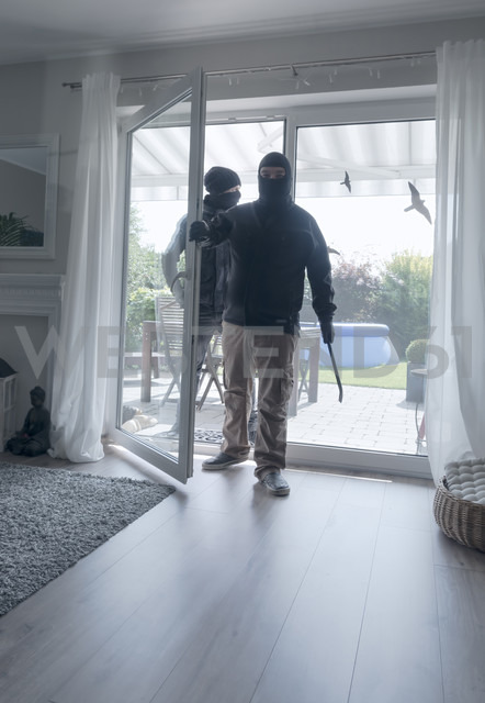 Two burglars entering an one-family house at daytime - ONF000629