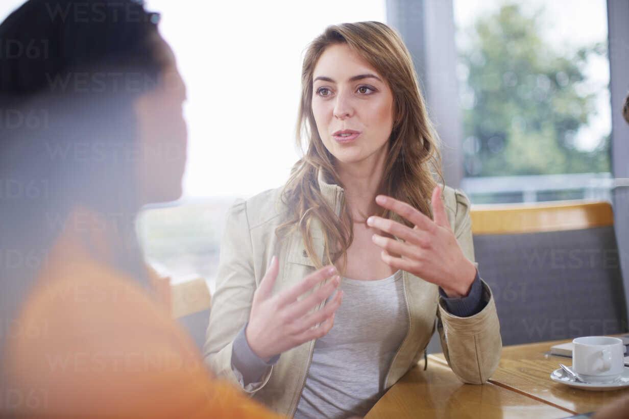 Portrait of businesswoman explaning something - ZEF000886 - zerocreatives/Westend61