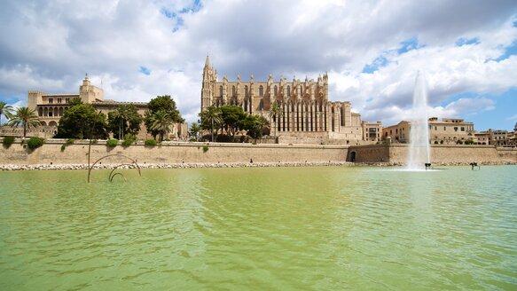 Spain, Balearic Islands, Mallorca, Palma, View of La Seu Cathedral - MHF000332