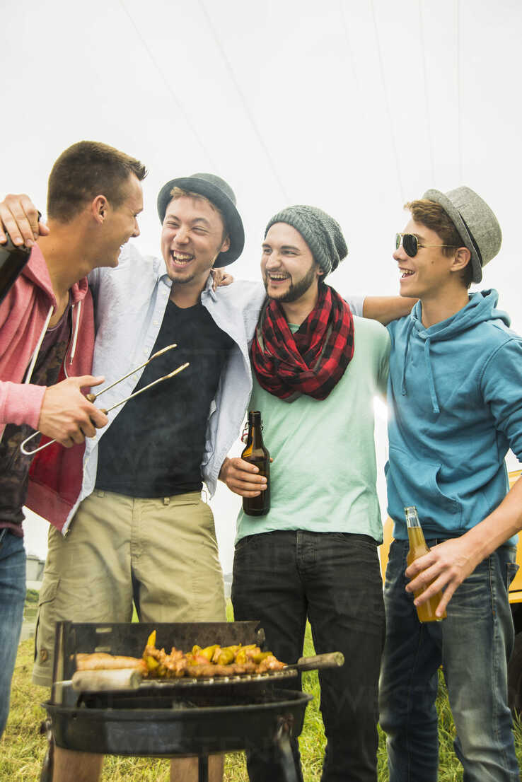 Group of friends drinking beer and having a barbecue - UUF001865 - Uwe Umstätter/Westend61