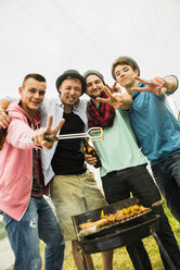 Portrait of group of friends drinking beer and having a barbecue - UUF001868