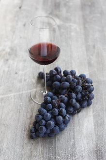 Red wine and grapes - JTF000570